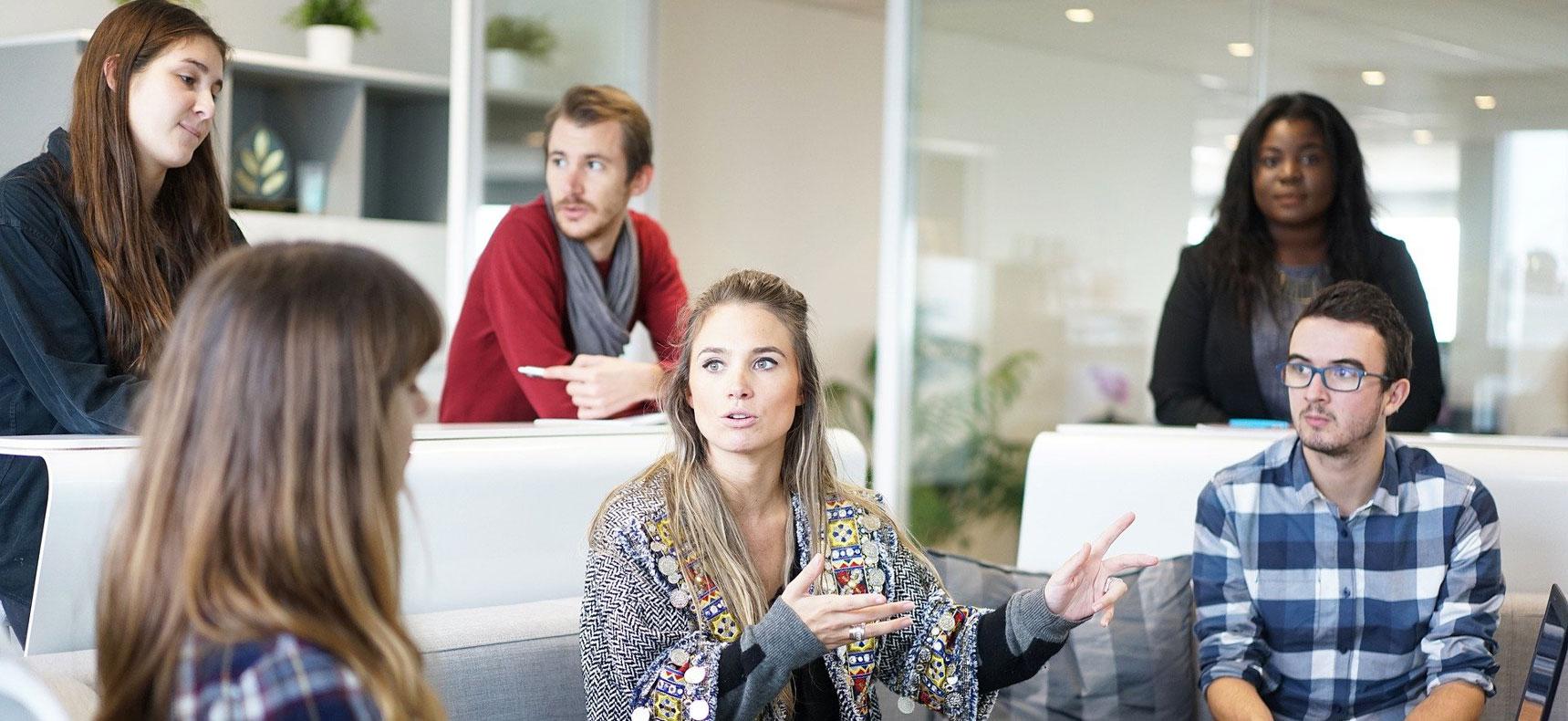 Equipe de personnes en réunion de travail