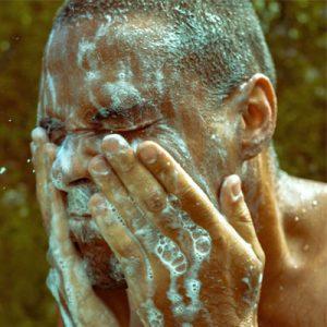 Un homme se lavant le visage