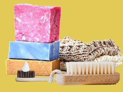 Des soins d'hygiène corporelle avec des accessoires comme la brosse à dent et brosse douche en bois le tout avec des gants naturels